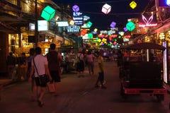 SIEM PRZEPROWADZAJĄ ŻNIWA, KAMBODŻA - 29TH MARZEC 2017: Bary, restauracje i światła wzdłuż Karczemnej ulicy w Siem, Przeprowadzaj Zdjęcia Stock