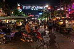 SIEM PRZEPROWADZAJĄ ŻNIWA, KAMBODŻA - 29TH MARZEC 2017: Bary, restauracje i światła wzdłuż Karczemnej ulicy w Siem, Przeprowadzaj Obrazy Royalty Free