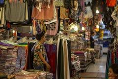 Siem Reap, Камбоджа - 25-ое марта 2018: продавцы женщин на рынке ночи с сувенирами и одеждами для продажи Стоковое фото RF