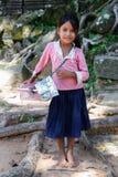 SIEM REAP, ANGKOR WAT /CAMBODIA - CIRCA AGOSTO 2015: La ragazza vende i ricordi ai turisti fuori del tempio di Angkor Wat immagini stock libere da diritti