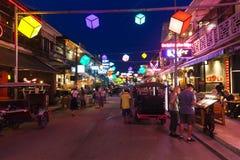 SIEM REAP, CAMBODGE - 29 MARS 2017 : Barres, restaurants et lumières le long de rue de bar dans Siem Reap Cambodge la nuit Photo stock