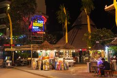 SIEM REAP, CAMBODGE - 29 MARS 2017 : Barres, restaurants et lumières le long de rue de bar dans Siem Reap Cambodge la nuit Images stock