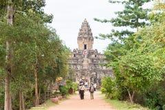 Siem Reap Cambodja - December 01 2016: Bakong i Roluos tempel En gitarr för F Royaltyfri Bild