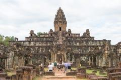 Siem Reap Cambodja - December 01 2016: Bakong i Roluos tempel En gitarr för F Arkivfoton