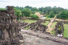 Siem Reap Cambodja - December 01 2016: Bakong i Roluos tempel En gitarr för F Royaltyfria Bilder