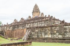 Siem Reap Cambodja - December 01 2016: Bakong i Roluos tempel En gitarr för F Arkivbild