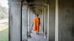Siem Reap Cambodja, December 06, 2015: Munk som går på en korridor i Angkor Wat, Cambodja Arkivfoto