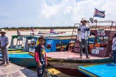 SIEM REAP CAMBODJA - Maj 3: Kambodjanska män väntar turisten för Royaltyfri Foto