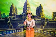 SIEM REAP CAMBODJA - Maj 3, 2014: Klassisk dansareperfo för en khmer Royaltyfria Bilder
