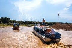 SIEM REAP CAMBODJA - Maj 3 2014: turist- besöka Tonle Sa Fotografering för Bildbyråer