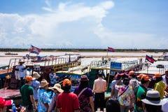 SIEM REAP CAMBODJA - Maj 3 2014: turist- besöka Tonle Sa Arkivbilder