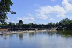 SIEM REAP CAMBODJA - NOVEMBER 9, 2017: Angkor Wat tempelsikt med turister arkivfoto