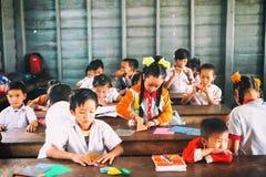 Siem Reap, Cambogia - 21 gennaio 2015: Studenti cambogiani alla classe di scuola nel villaggio di galleggiamento fotografia stock libera da diritti