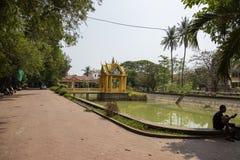 Siem Reap, Cambogia - 27 marzo 2018: Paesaggio della pagoda di Wat Damnak con lo stagno ed il santuario Immagini Stock Libere da Diritti