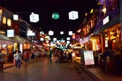 Siem Reap, Camboja - 2 de dezembro de 2015: Turistas não identificados que compram na rua do bar em Siem Reap Fotografia de Stock Royalty Free