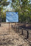SIEM REAP, CAMBOJA - 2 DE FEVEREIRO DE 2015: o centro da ação de mina do CMAC-Cambodian do sinal da informação - sobre o esclarec Imagens de Stock Royalty Free