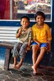 SIEM REAP, CAMBOJA 22 DE MARÇO DE 2013: Crianças cambojanas de sorriso não identificadas Imagens de Stock Royalty Free