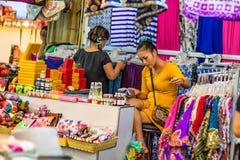 SIEM REAP, CAMBOJA 22 DE MARÇO DE 2013: Mulheres cambojanas não identificadas no mercado Foto de Stock