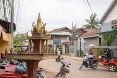 Siem Reap, Camboja - 25 de março de 2018: opinião da rua com o santuário budista exterior pequeno Imagens de Stock Royalty Free