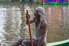 SIEM REAP, CAMBOJA - EM NOVEMBRO DE 2016: O piloto do barco em Ásia durante a prática com pá poised em seu barco em 3Sudeste Asiá imagem de stock royalty free