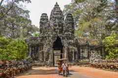 Siem Reap, Camboja, o 18 de março de 2016: Turistas que visitam Angkor Wa Fotografia de Stock Royalty Free