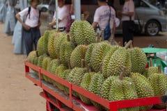 Siem Reap, Camboya - 14 de abril de 2018: el durian da fruto para la venta en el carro rojo en mercado público Imágenes de archivo libres de regalías