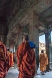 SIEM REAP, CAMBOYA - 16 de febrero de 2017: Monjes budistas que caminan en el vestíbulo dentro del templo de Angkor Wat en Siem R Imagen de archivo