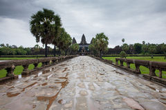 Siem Reap, Camboya - 25 de junio de 2014: La calzada a Angkor Wat Temple en un día cubierto el 25 de junio de 2014, Siem Reap, Ca Fotografía de archivo
