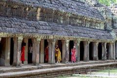 Siem Reap, Camboya - 27 de marzo de 2018: Turista chino en el complejo de Angkor Wat Mujeres jovenes en los vestidos que hacen la Imagen de archivo