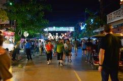 Siem Reap, Kambodscha - 2. Dezember 2015: Nicht identifizierte Touristen, die an der Kneipenstraße in Siem Reap kaufen Stockfotos