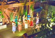 SIEM REAP, KAMBODSCHA - 30. JANUAR 2015: Szene von der klassischen Ausführung des Khmer - traditioneller alter Tanz Apsara-Tanzes lizenzfreies stockbild