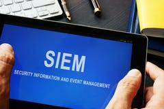 SIEM-Veiligheidsinformatie en het programma van het gebeurtenisbeheer in een tablet stock foto's