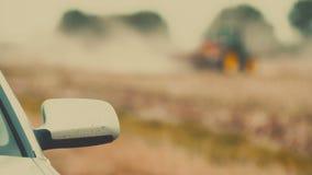 Siembra del tractor agrícola y campo de la cultivación almacen de metraje de vídeo