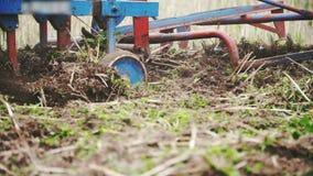 Siembra del tractor agrícola y campo de la cultivación almacen de video