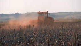 Siembra del tractor agrícola y campo de la cultivación en puesta del sol Tractor que prepara la tierra para sembrar almacen de video