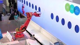 Siemens que apresenta Mabi robótico na feira de Messe em Hannover, Alemanha filme