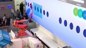 Siemens que apresenta Mabi robótico na feira de Messe em Hannover, Alemanha vídeos de arquivo