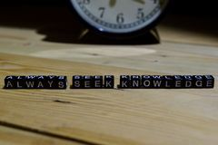 Siempre conocimiento de la búsqueda escrito en bloques de madera Educación y concepto del negocio fotos de archivo libres de regalías