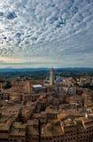 Siena空中日落全景 大教堂中央寺院地标 图库摄影