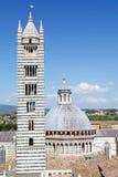 Siena Cathedral, kupolen och tornet sätter en klocka på, Tuscany, Siena, Italien Arkivbilder
