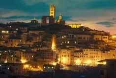 Siena cityscape bij schemer tegen de hemel van zonsondergangwolken Toscanië, Italië Stock Foto