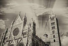 Siena De voorgevel van de stadskathedraal bij zonsondergang Stock Fotografie