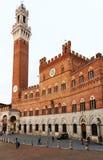 Siena, el 10 de mayo de 2018 - Palazzo Pubblico y Mangia Tower Torre del Mangia en Siena foto de archivo