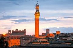 Siena horizon met beroemde Torre del Mangia bij zonsondergang toscanië Italië Royalty-vrije Stock Afbeeldingen