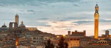 Siena horizon met beroemde Torre del Mangia bij zonsondergang toscanië Italië Stock Afbeelding