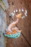 Siena i Tuscany, Italien - en delfin, emblem av området för Onda contradavåg i en gata under paliofestivalen royaltyfria foton