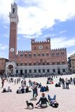 Siena, Italië, jongelui koppelt aan een hondzitting bij Piazza del Campo in Siena, Italië royalty-vrije stock fotografie