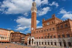 "SIENA ITALIEN †""MAJ 25, 2017: Campo kvadrerar Piazza del Campo, Palazzo Pubblico och det Mangia tornet Torre del Mangia royaltyfri foto"
