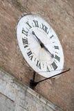Siena, Italien Alte Borduhr auf der Wand Stockbild