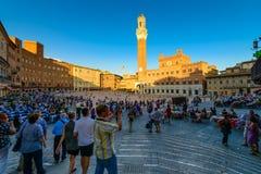Siena, Italien - 23. August 2012: Touristen, die Piazza Del Campo in Siena, Italien besuchen Lizenzfreies Stockfoto